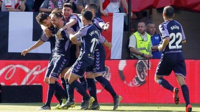 Los jugadores del Valladolid celebran uno de los goles de la victoria ante el Rayo Vallecano.