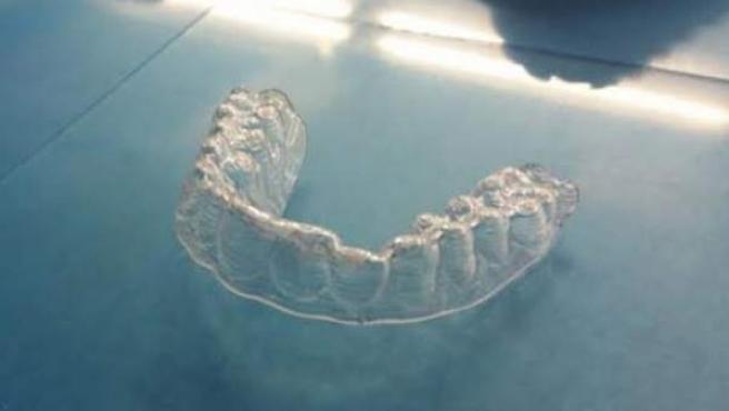 Ortodoncia casera hecha por un joven llamado Amos Dudley.