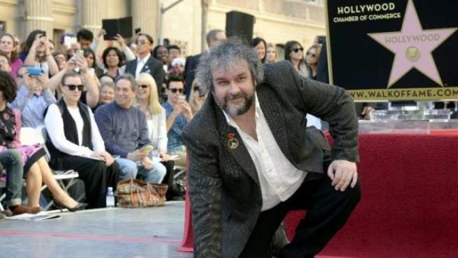 El director neozelandés posa orgulloso con su estrella del Paseo de la Fama.