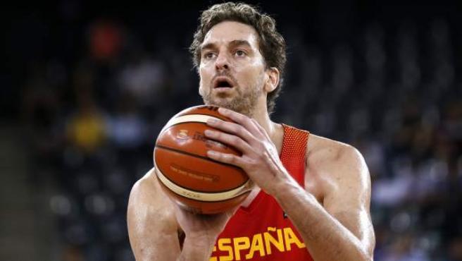 Pau Gasol, lanzando a canasta en el Eurobasket.