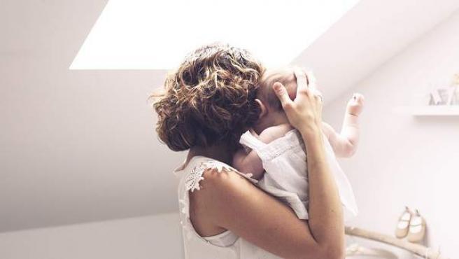 Una madre sostiene a su bebé, en una imagen de archivo.