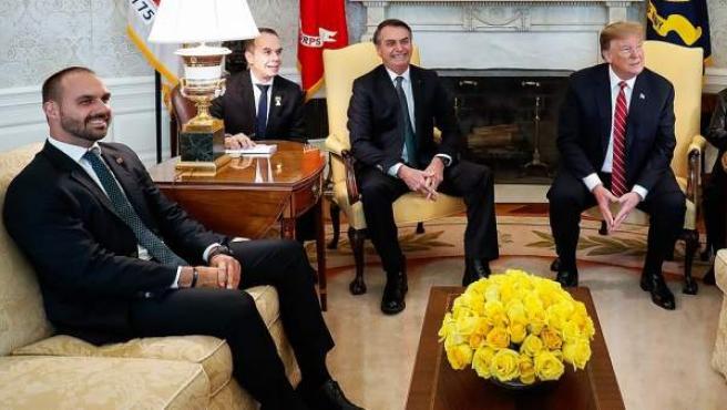 Eduardo Bolsonaro, a la izquierda, en la reunión que su padre mantuvo con Donald Trump en la Casa Blanca en marzo de 2019.