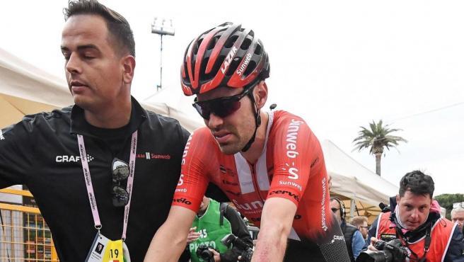 Dumoulin cruzó la meta de la cuarta etapa del Giro con su rodilla izquierda ensangrentada.
