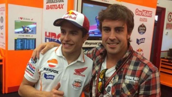 Fernando Alonso posa con Marc Márquez en una foto de archivo.