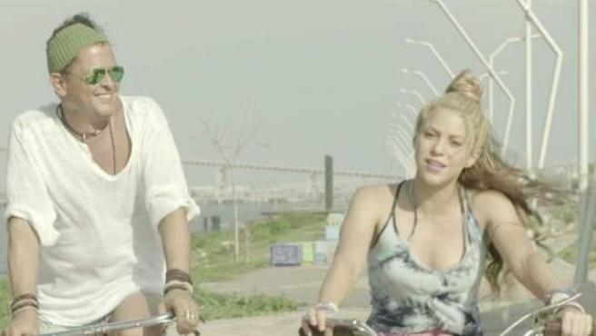 Carlos Vives y Shakira en el videoclip de 'La bicicleta'.
