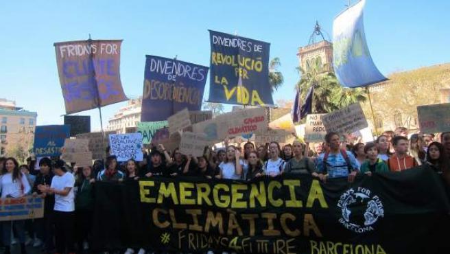 Estudiantes marchan en Barcelona contra el cambio climático en una imagen de archivo.