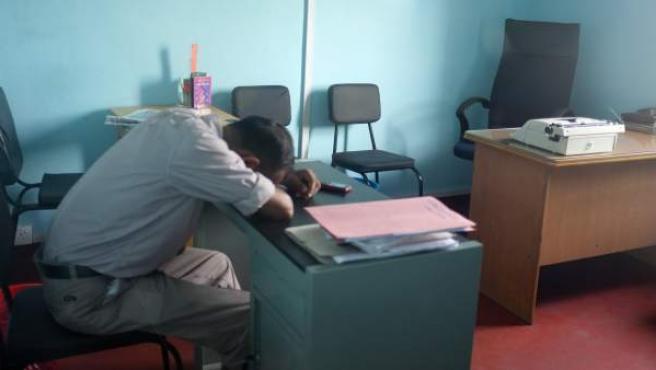 Un hombre durmiendo en una oficina, en una imagen de archivo.