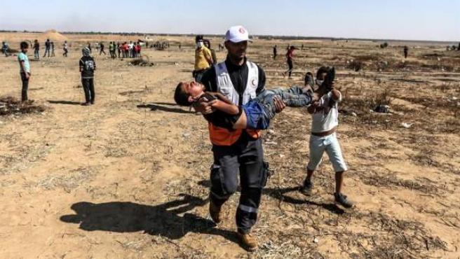 Un palestino herido es trasladado durante las protestas en el este de la Franja de Gaza con motivo de la conmemoración de la Nakba.