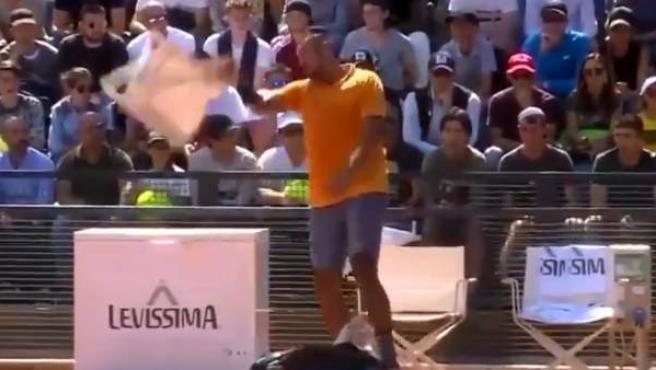 Nick Kyrgios lanza una silla durante el Masters 1000 de Roma.