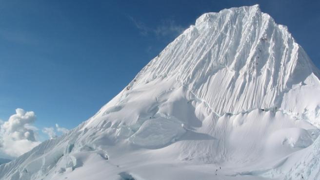 <p>Escaladores ascendiendo por el Alpamayo, de 5.947 metros, en Los Andes.</p>