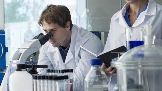 Imagen de un investigador científico en un laboratorio.