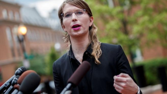 Chelsea Manning ante el Palacio de Justicia de los Estados Unidos Albert V. Bryan en Alexandria, Virginia.