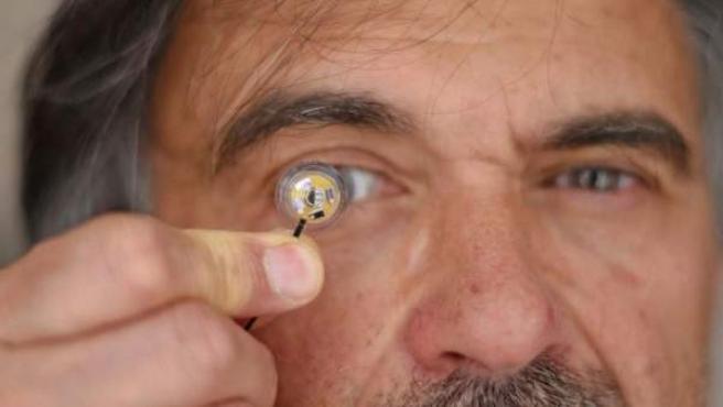Imagen de la lentilla inteligente autónoma que incorpora una microbatería flexible.
