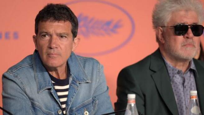 Antonio Banderas y Pedro Almodóvar, en una rueda de prensa en Cannes.