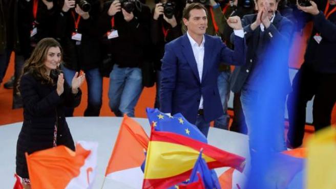 El presidente de Ciudadanos, Albert Rivera, junto a la candidata al Congreso por Madrid, Sara Giménez, en el acto político de este domingo en la localidad madrileña de Las Rozas.