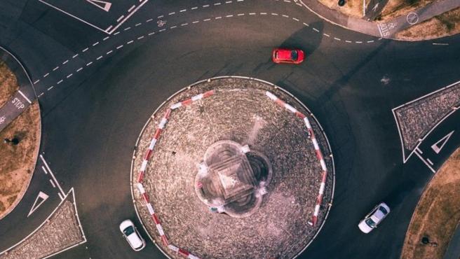 A la hora de incorporarse a una rotonda, la prioridad reside en los vehículos que están dentro de ella.