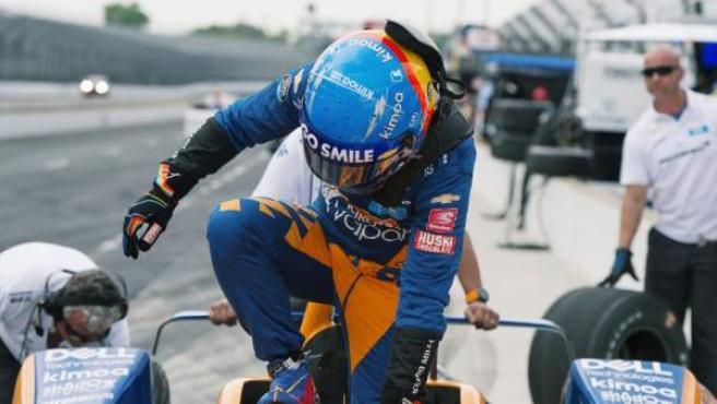 Fernando Alonso sube al McLaren con el que iba a competir en las 500 millas de Indianápolis 2019.