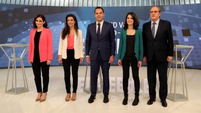 Los candidatos a la Presidencia de la Comunidad de Madrid, de izquierda a derecha, Isabel Díaz Ayuso (PP), Rocío Monasterio (Vox), Ignacio Aguado (Ciudadanos), Isabel Serra (Podemos), y Ángel Gabilondo (PSOE), antes de participar en el debate de Telemadrid.