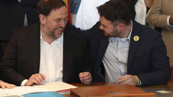 Oriol Junqueras (c), de ERC, conversa con Gabriel Rufián (d), en el Congreso de los Diputados, a donde ha llegado desde la cárcel de Soto del Real para tramitar su acta parlamentaria.