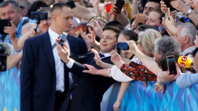 El nuevo presidente de Ucrania, Vladimir Zelenski, se detiene a sacarse 'selfies' con ciudadanos ucranianos.