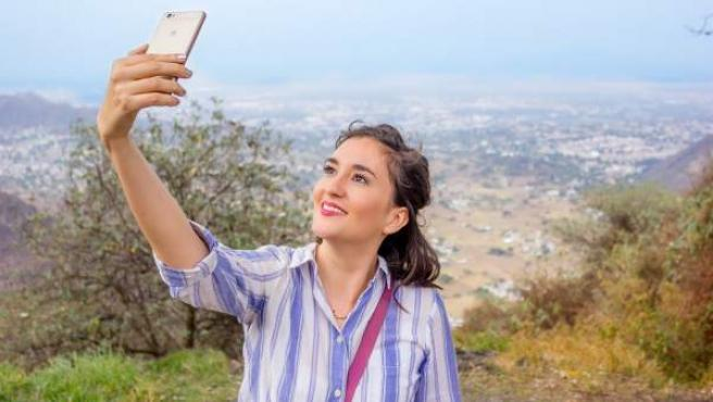 Una chica utilizando un Huawei.