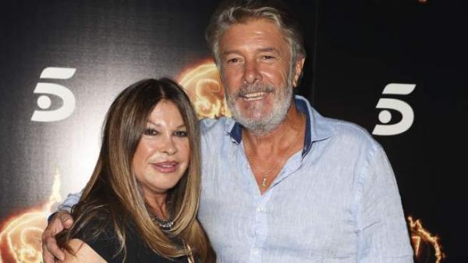 El cantante Francisco, uno de los concursantes de la última edición de 'Supervivientes 2018', posa muy unido a su mujer, Paca Ribes, en el photocall de la fiesta.
