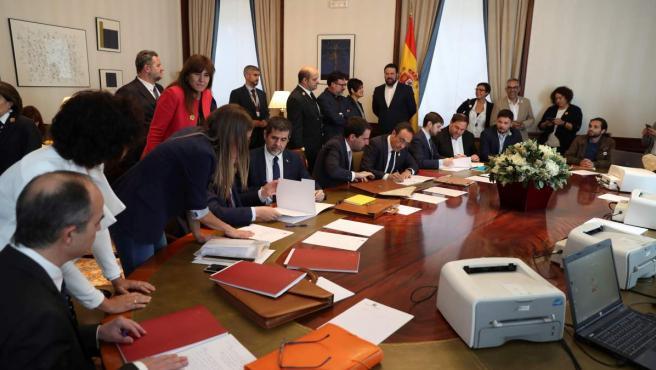 Oriol Junqueras (3d), de ERC, y Jordi Sànchez (4i) y Josep Rull (5d) de JxCat, tramitan sus actas parlamentarias en el Congreso de los Diputados.