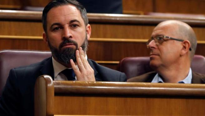Santiago Abascal, en el hemiciclo del Congreso, junto al diputado del PSC José Zaragoza.