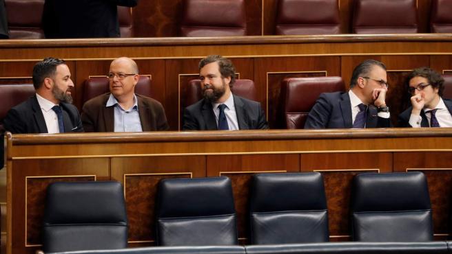 Abascal, junto a los disputados de su partido, en los escaños del PSOE. A la derecha del líder de Vox, el legislador del PSC José Zaragoza.