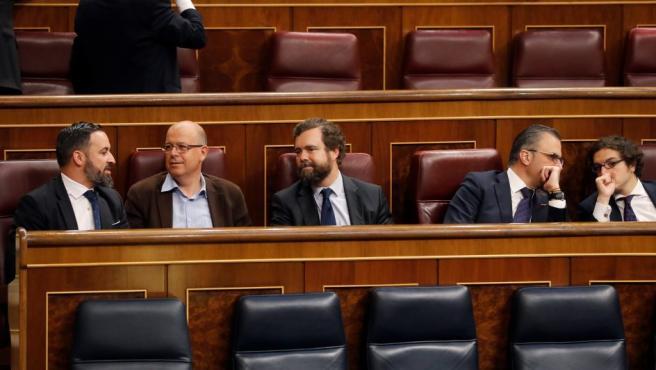 El presidente de VOX, Santiago Abascal (i), junto a los disputados de su partido, en los escaños del Congreso de los Diputados donde se celebra la sesión constitutiva de las nuevas Cortes Generales.