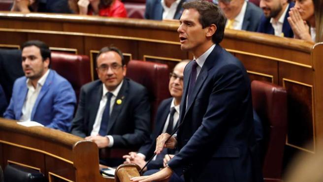 El líder de Ciudadanos, Albert Rivera, jura su cargo, durante la sesión constitutiva de las nuevas Cortes Generales de la XIII Legislativa.