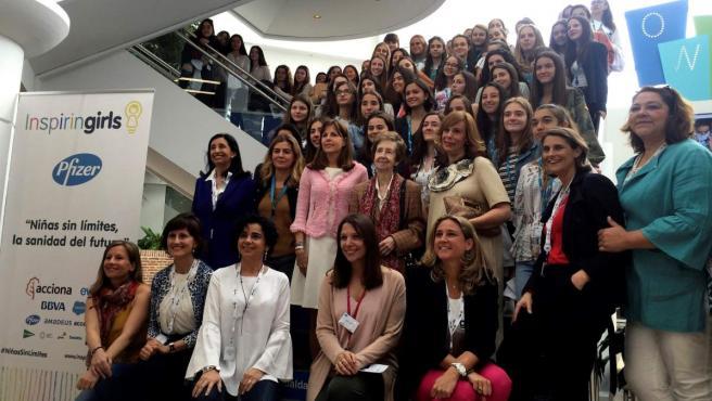"""Margarita Salas (segunda fila-c) posa en la jornada """"Niñas sin límites, la sanidad del futuro"""", organizada por la Fundación Inspiring Girls y Pfizer España."""