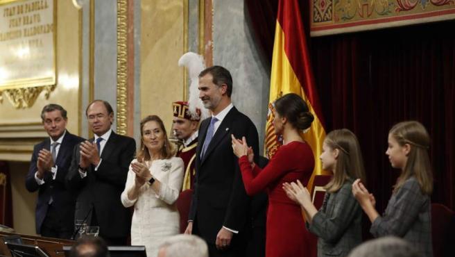 Los Reyes Felipe VI y la reina Letizia junto a las princesas Leonor y Sofia de Borbón durante la conmemoración del 40 aniversario de la Constitución.