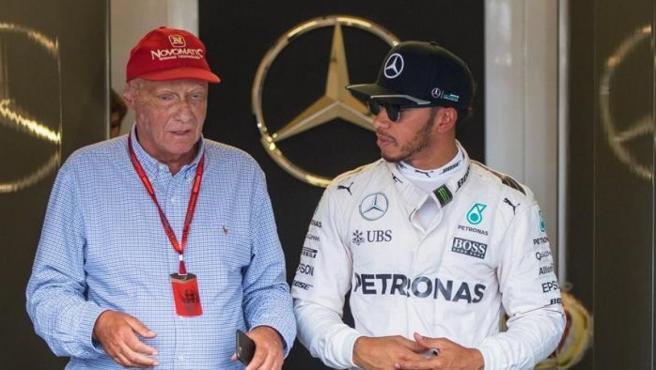 Niki Lauda y Lewis Hamilton pasean juntos por el garaje de Mercedes.