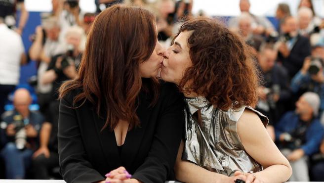 Lubna Azabal y Nisrin Erradi se besan en la alfombra roja de Cannes.