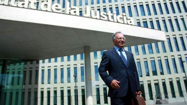 El secretario general de Manos Limpias, Miguel Bernard, a su salida de la Ciudad de la Justicia de Barcelona.