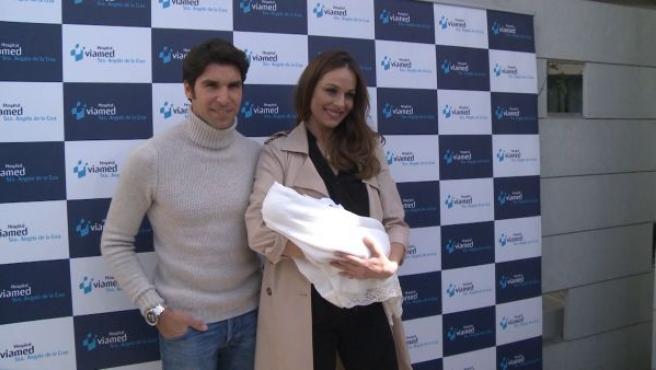 Eva González y Cayetano Rivera posan con su bebé.