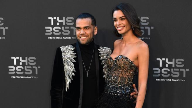 Dani Alves, en la gala 'The Best' junto a su pareja