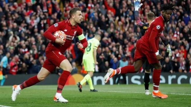 Henderson, del Liverpool, coge el balón tras el gol de Origi al Barça.