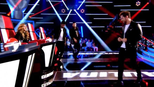David Bisbal rompe la silla de Paulina Rubio, en 'La Voz Senior'.