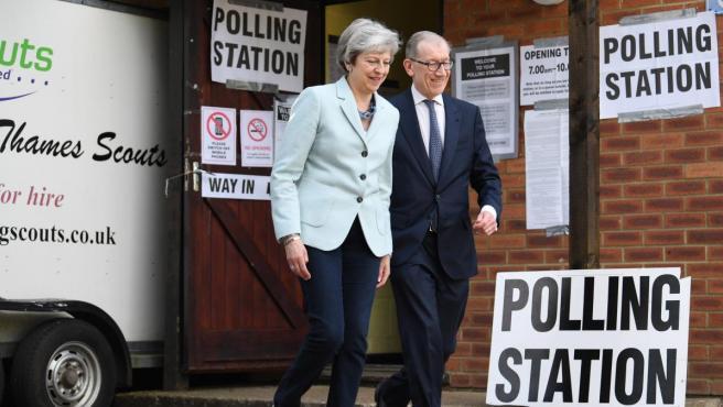 La primera ministra británica, Theresa May, y su marido, Phillip, tras votar en las elecciones europeas en un colegio electoral de Sonning (Reino Unido).