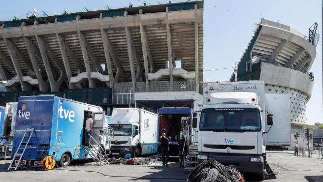 Camiones de TVE en los aledaños del estadio Benito Villamarín de Sevilla antes de la final de la Copa del Rey.