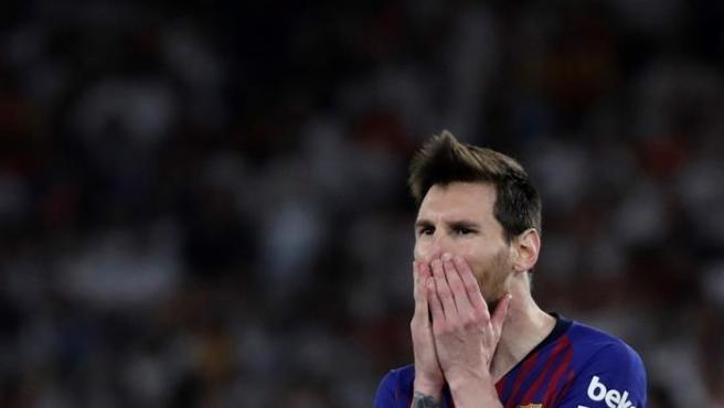 Messi no puede ocultar su decepción tras fallar una ocasión en la final de la Copa del Rey frente al Valencia.