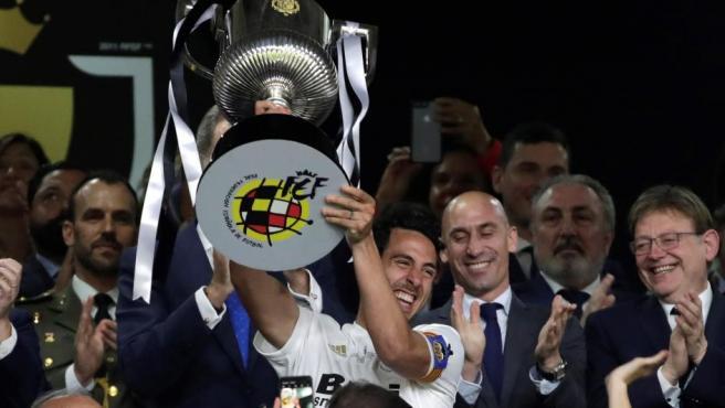 Aunque acabó lesionado y entre lágrimas, Dani Parejo acabó llorando de alegría cuando levantó la octava Copa del Rey de la historia del Valencia.