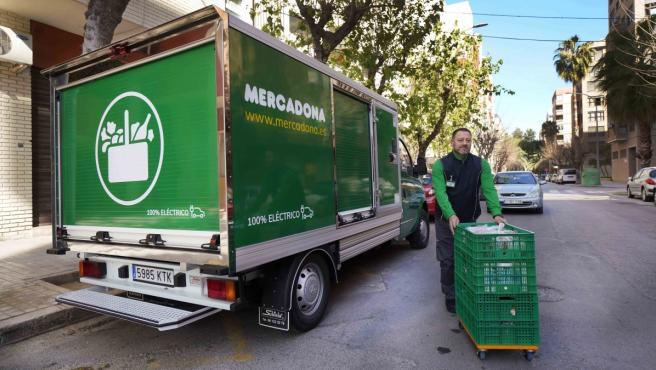 Imagen de archivo de un repartidor de Mercadona junto al camión de la empresa.