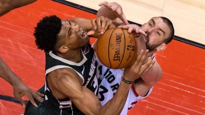Marc Gasol disputa el balón con Giannis Antetokumpo en el partido que dio el pase a la final de la NBA a los Raptors de Toronto.