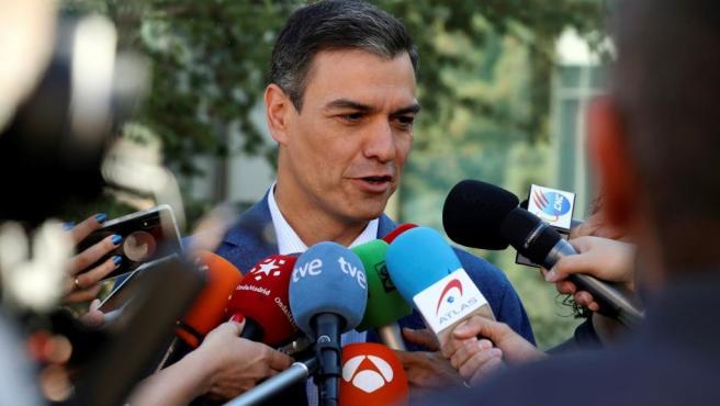 El presidente del gobierno Pedro Sánchez, realiza declaraciones a la prensa tras votar este 26-M en un colegio de la localidad madrileña de Pozuelo de Alarcón.