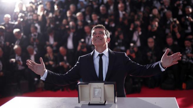Antonio Banderas posando junto al premio a mejor actor en Cannes por su papel en 'Dolor y Gloria'.