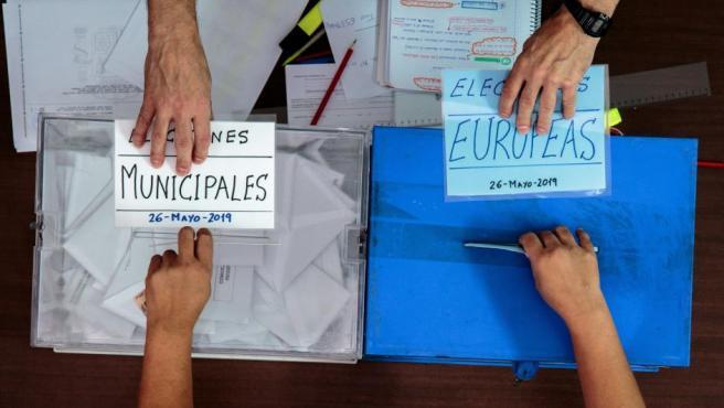 Una persona ejerce su derecho al voto este domingo durante las elecciones municipales y europeas del 26-M en la Comunidad Valenciana.
