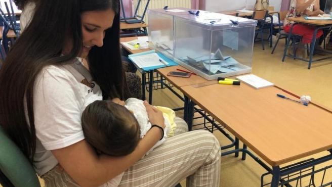Una vecina de Arahal (Sevilla), Isabel Avilés, ha amamantado a su hijo de 10 meses en la mesa electoral en la que está como presidenta al no aceptar la Junta Electoral su recurso para no ser parte de la mesa.